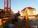 Übung der Absturzsicherung auf einer Baustelle im Heidfeld._15